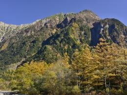 紅葉上高地10月下旬、河童橋付近より (1)
