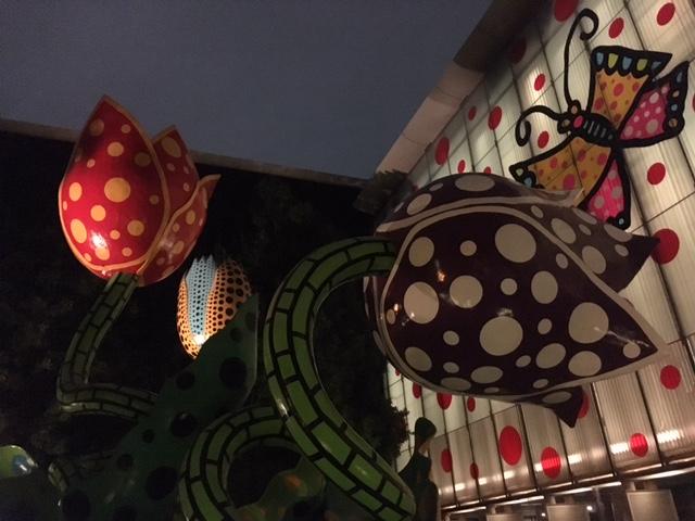 草間彌生氏文化勲章受章記念《松本から未来へ》ライトアップ 松本市美術館