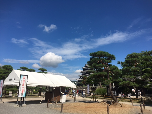 松本城でお得な共通券特設販売所を開設しています。