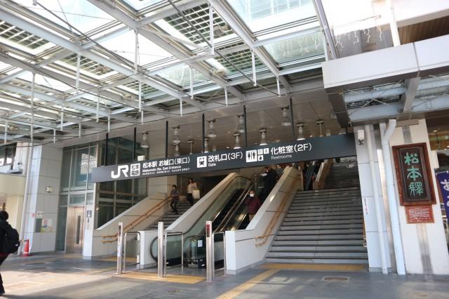 松本周辺のJR・島々線の電車の扉は手動なんです!